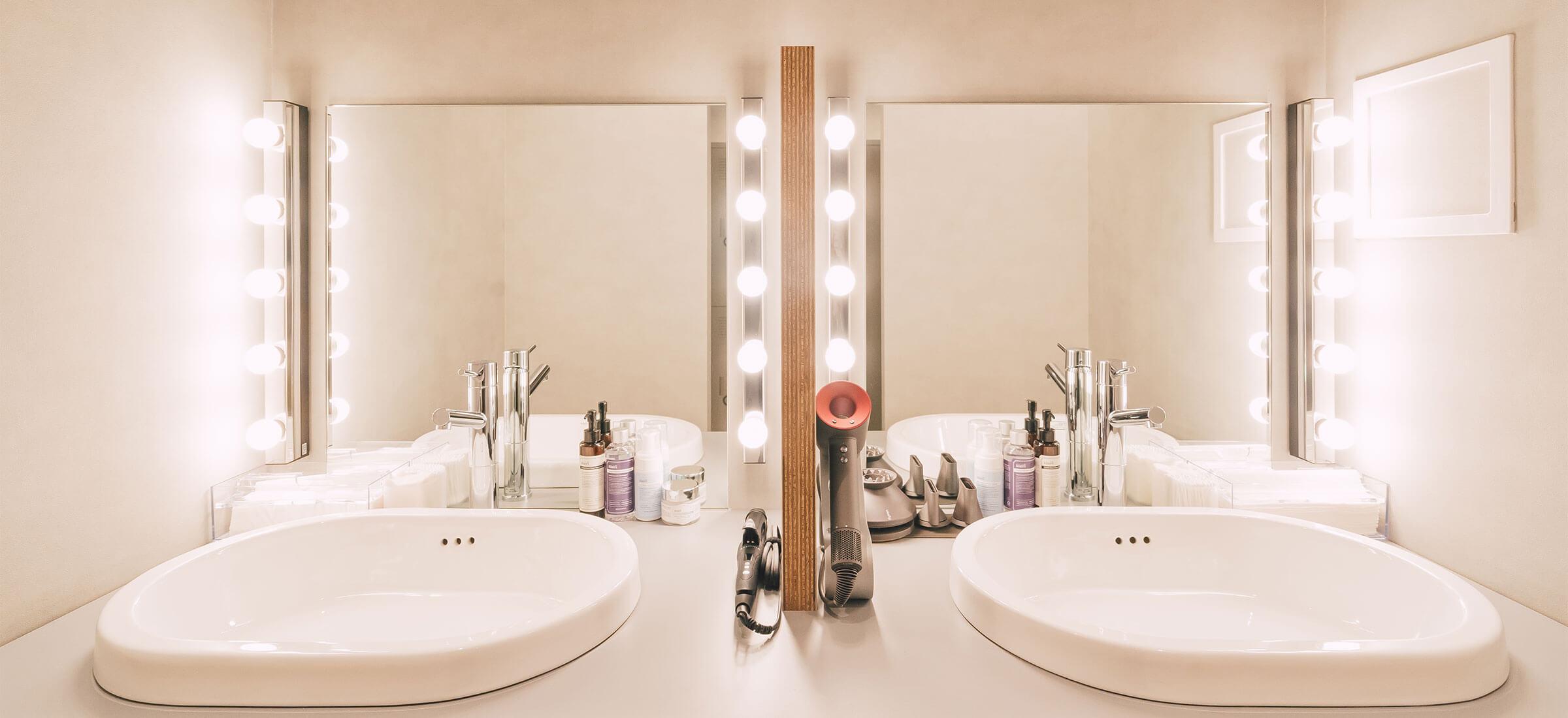 パーソナルトレーニングジム UNDEUX銀座スタジオ 化粧室~使いやすいアメニティ、コスメがありますので、トレーニング後も身なりを整えてお出かけOK