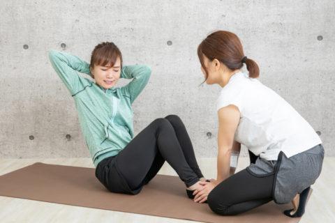 筋トレをパーソナルトレーナーと行う20代女性